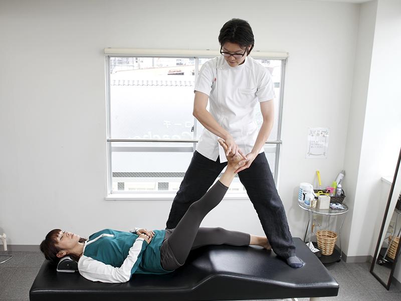 [写真]骨盤や腰の神経を調整している様子