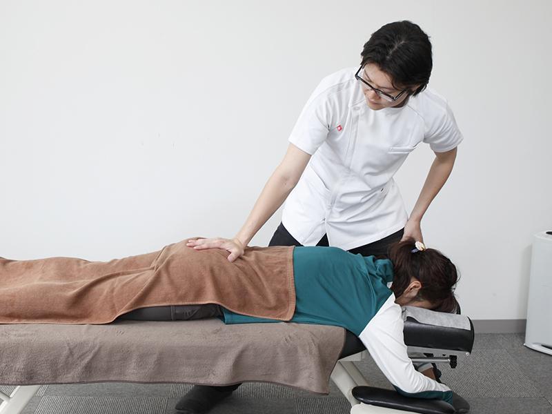 [写真]腰回りの筋肉を調整している様子
