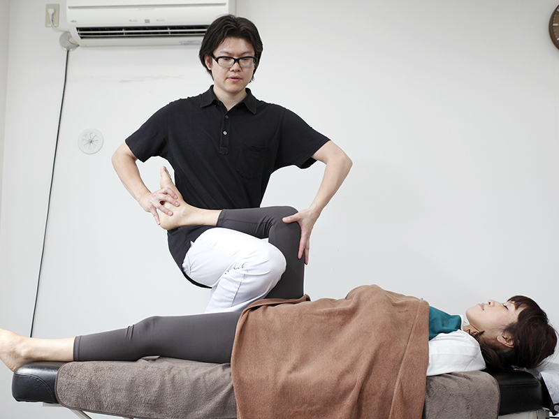 [写真]ひざをまっすぐにする調整の様子