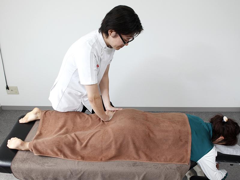 [写真]ひざの裏側の筋肉の調整の様子